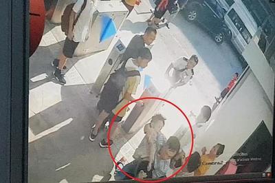 Bé trai trường Gateway đi học mặc áo đỏ, rời xe lại mặc áo trắng?