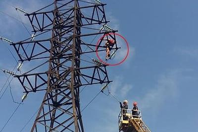 Leo cột cao thế để chụp ảnh tự sướng, thiếu niên bị điện giật chết