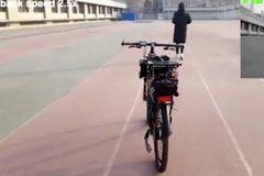 Xem xe đạp tự chạy băng băng, tránh vật cản ngon ơ