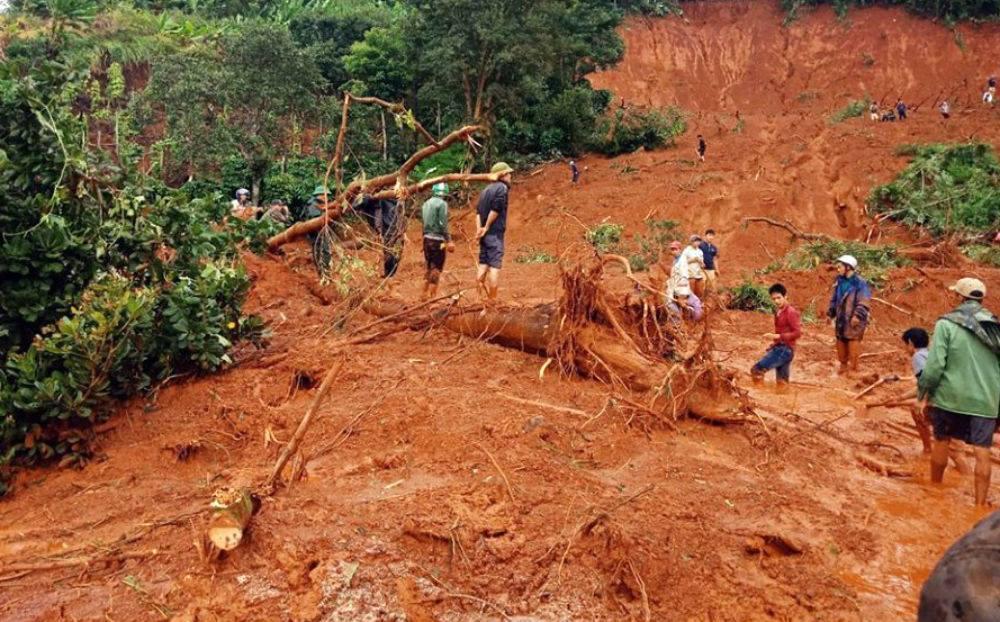 Lở núi ở Đắk Nông, vợ chồng và con nhỏ bị vùi lấp