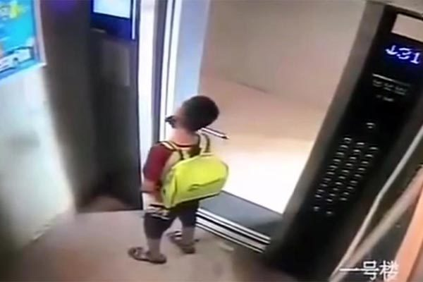 Bài học cay đắng cho bé trai nghịch dại trong thang máy