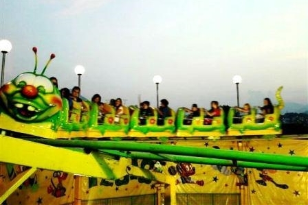 Tàu lượn trẻ em bay khỏi đường ray trong công viên