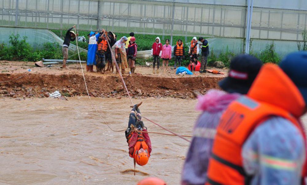 Cảnh sát mắc cáp đưa 40 người thoát khỏi lũ dữ ở Lâm Đồng