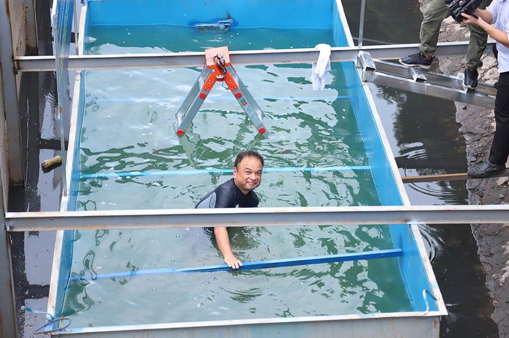Tiến sĩ Nhật gội đầu, rửa mặt sảng khoái trên sông Tô Lịch
