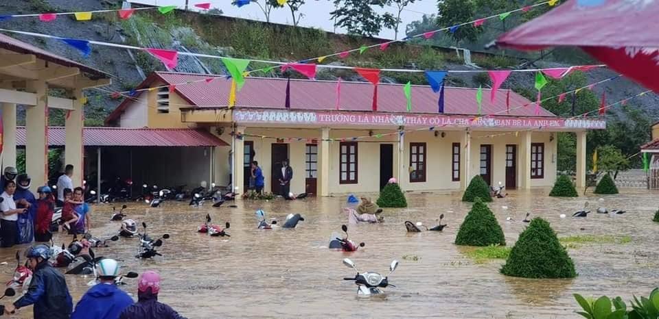 Mưa lụt trường, trăm gương xe máy của thầy cô nhô lên trong biển nước