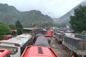 Sạt lở đèo Bảo Lộc, ngàn xe chôn chân nối dài chục km trên QL20