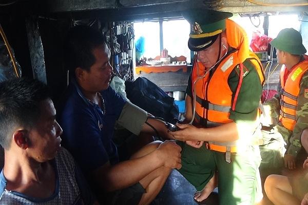 Cứu 13 thuyền viên Quảng Bình gặp nạn trên biển