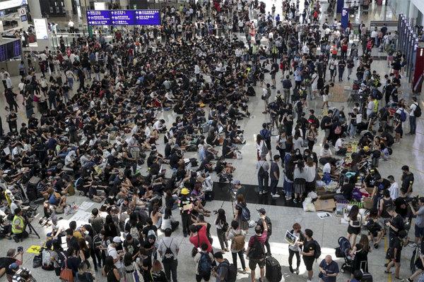 Người biểu tình Hong Kong ngồi lì ở sân bay đòi loạt yêu sách