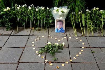 Cổng trường Gateway xuất hiện nến và hoa trắng tưởng niệm bé lớp 1