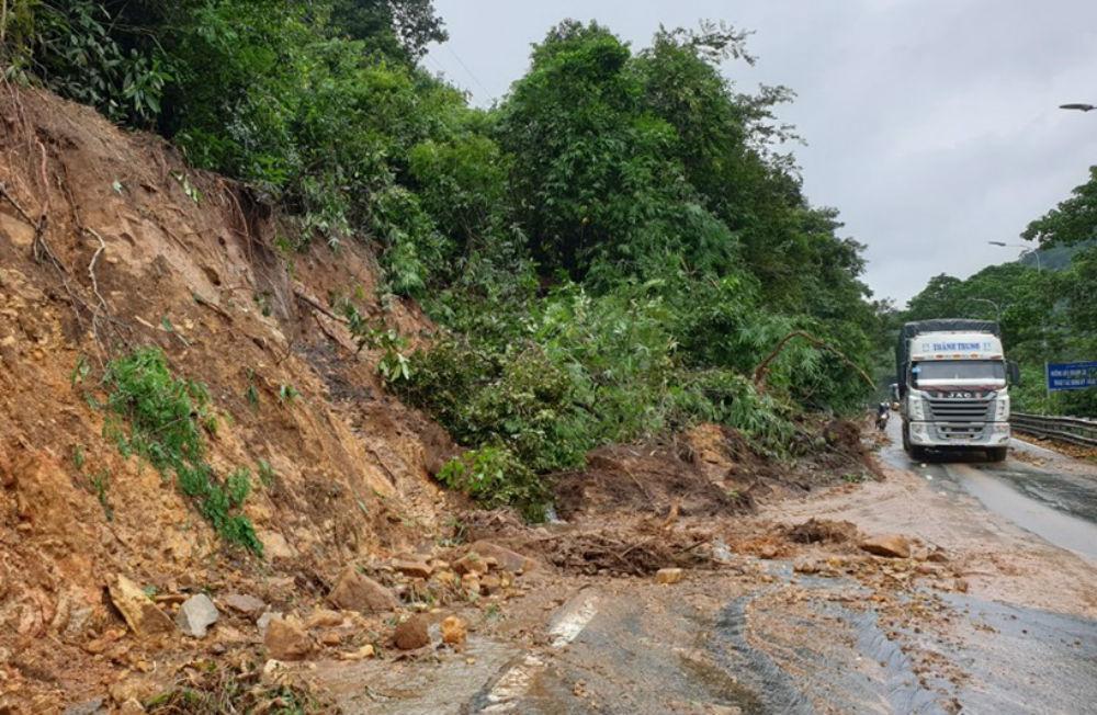 Trăm tấn đất đá lấp đường đèo Bảo Lộc, nghìn xe nhúc nhích xuống núi