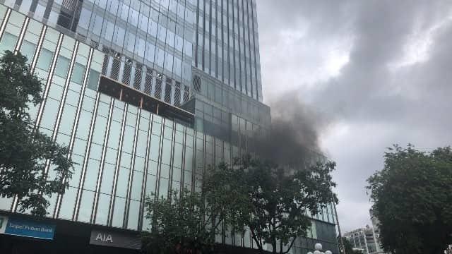 Tòa nhà Sài Gòn Center bốc khói, trăm người chạy náo loạn