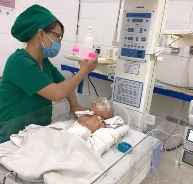 Vừa chào đời ruột, dạ dày, lá lách em bé đi lạc lên ngực