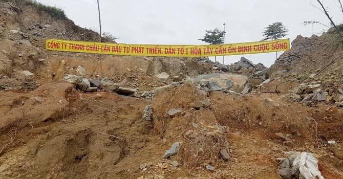 Người dân căng băng rôn ngay điểm sạt lở hồi tháng 11.2018, làm 4 người chết, 10 ngồi bị sập. Ảnh: N.V/nguoidothi