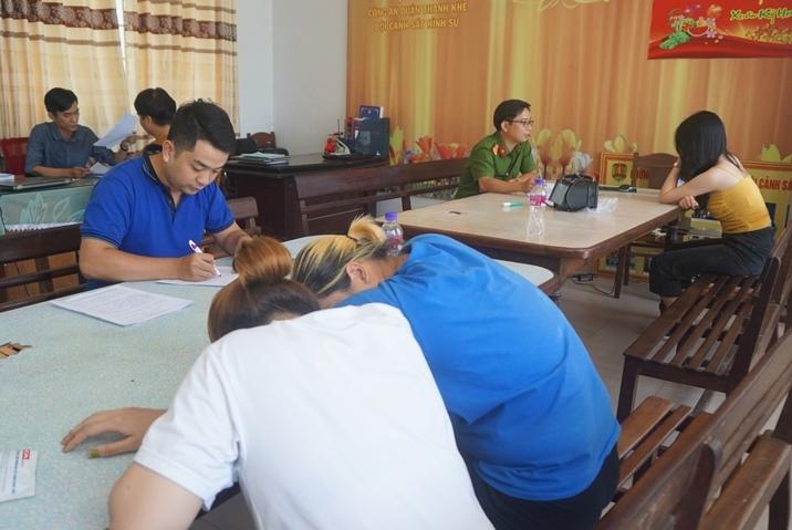 Hàng loạt trai gái lờ đờ từ quán karaoke trình diện công an Đà Nẵng