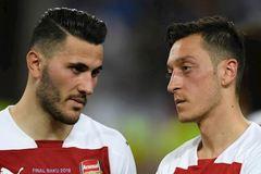 Arsenal mất Ozil, Kolasinac ra quân Ngoại hạng Anh do vụ cướp