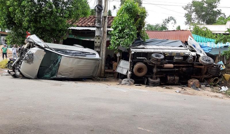 Đập kính cứu 5 người trong ôtô bị lật ngửa trên đường