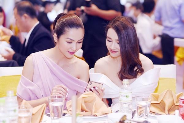 Tăng Thanh Hà đọ vai trần với Nhã Phương