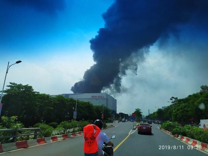 Cháy lớn gần siêu thị Aeon Mall Long Biên