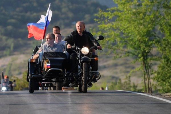 Xem Tổng thống Putin oai vệ cưỡi xe máy phân khối lớn