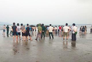 Cán bộ Bộ Y tế bị sóng cuốn mất tích trên bãi biển Cửa Lò