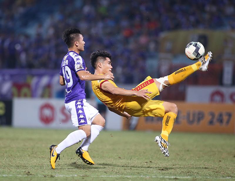 FIFA tuýt còi, V-League 'vỡ mộng' dùng VAR