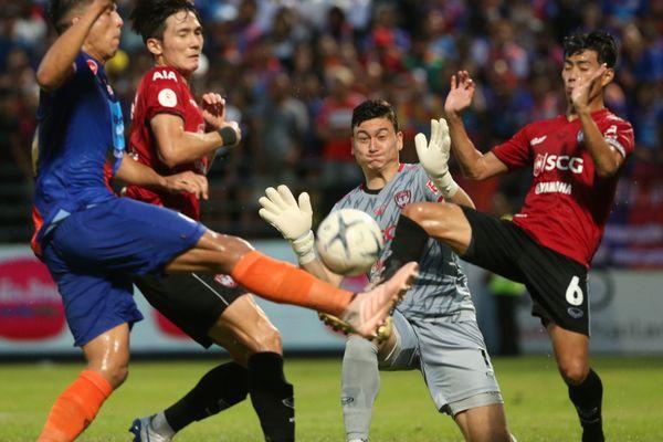 Đặng Văn Lâm bất lực, Muangthong thua trắng vòng 23 Thai-League
