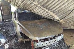 Xe ô tô bất ngờ bốc cháy dữ dội trong gara gia đình