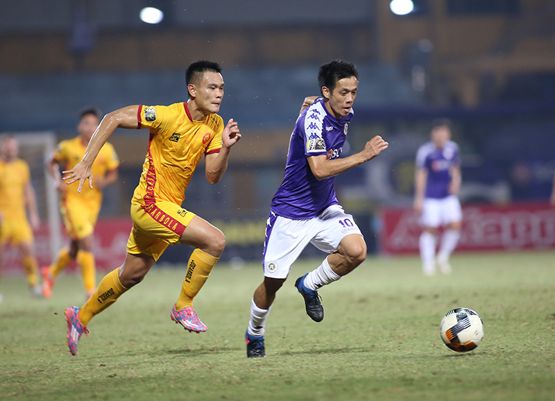 Vòng 20 V-League: TPHCM tụt dốc, trọng tài... phập phù