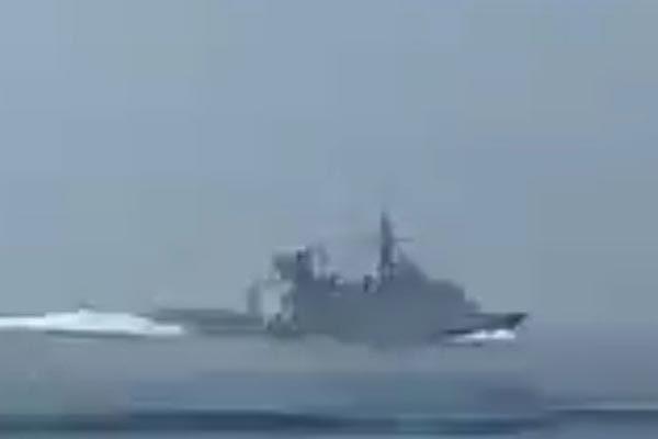 Xôn xao hình ảnh quân Iran truy đuổi chiến hạm Anh ở eo Hormuz