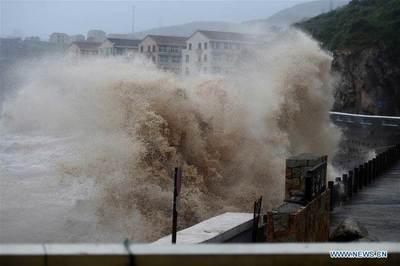 Video bão Lekima vùi dập Trung Quốc, cuốn trôi nhiều nhà cửa