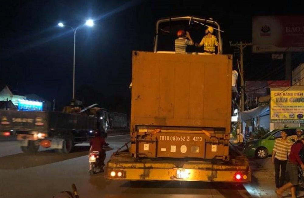 Đang cứu hộ xe container trên cao tốc, phụ xe đụng gầm cầu thiệt mạng
