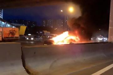Xe điện Tesla phát nổ cháy dữ dội khi đang lái tự động