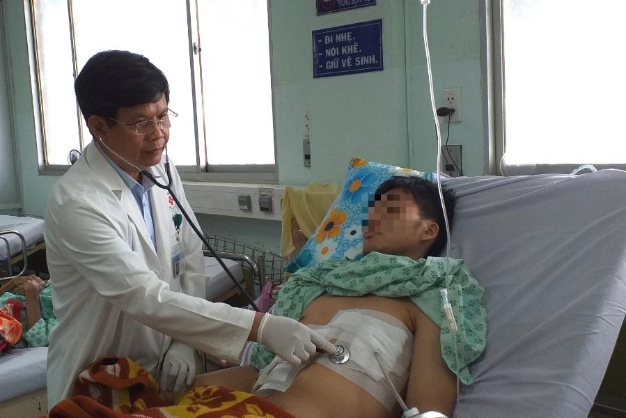 Chiếc tăm tre đâm xuyên dạ dày, gan và màng tim thanh niên 19 tuổi