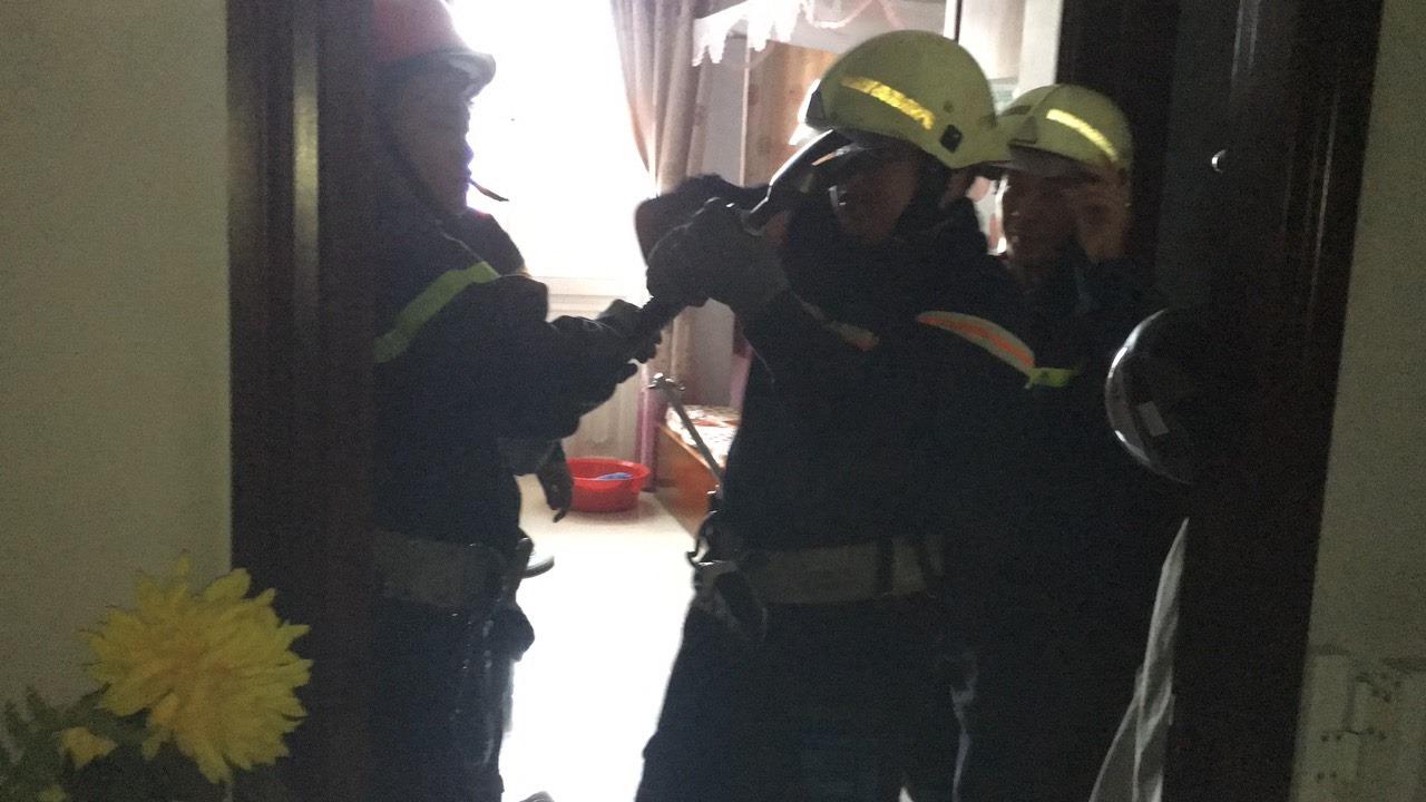 Phá cửa thang máy cứu bé trai 8 tháng tuổi và bà nội đang la hét ở Sài Gòn