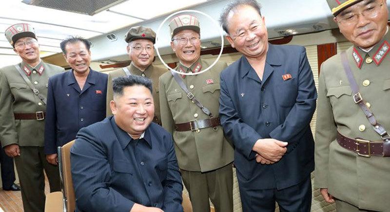 Kim Jong Un phong quân hàm cho hàng trăm nhà khoa học