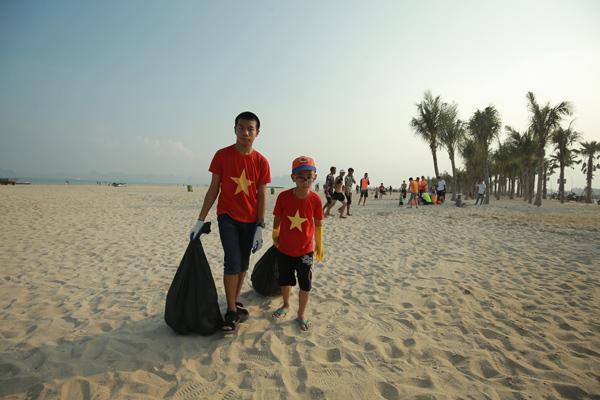 30 phút thu về hơn 300kg rác trên bãi biển Bãi Cháy