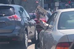 Màn xin đường bằng tay của tài xế Mỹ gây sốt cộng đồng