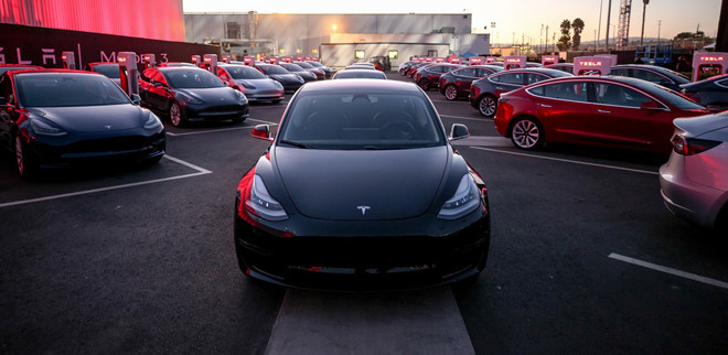 Nữ chủ xe Tesla cấy chìa khóa vào cánh tay, khỏi lo quên