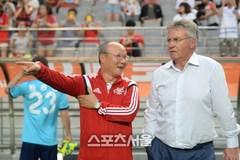 """Thầy Park đổi ý, sang Trung Quốc đấu """"phù thuỷ"""" Guus Hiddink"""