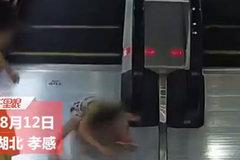 Hãi hùng cảnh bé gái kẹt tay vào thành vịn thang cuốn
