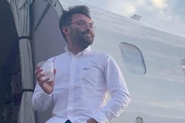 Vé bình dân, một mình một máy bay, được phục vụ như khách VIP