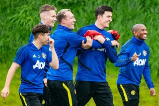 Fan MU cầu xin Maguire tránh xa Phil Jones và Young