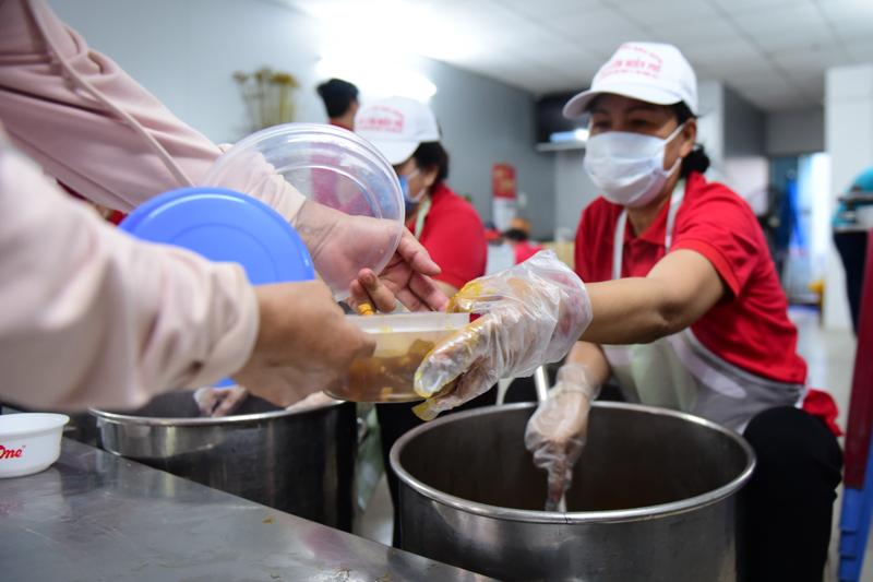 'Bếp yêu thương' tại bệnh viện Chợ Rẫy chia sẻ 4500 suất ăn miễn phí mỗi ngày