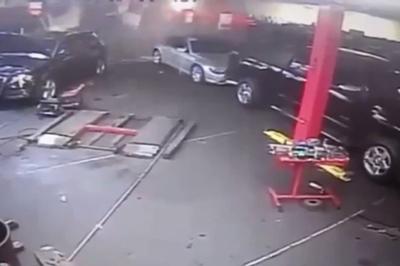 Rùng mình xe ô tô lao như tên bắn vào garage