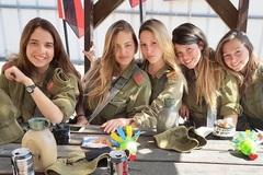 Bộ ảnh 'đốt mắt' của các nữ binh sĩ quân đội Israel