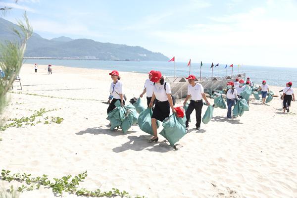 Độc, lạ: 'Máy định giá nhựa' trên bãi biển Kim Liên, Đà Nẵng