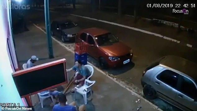 Đang uống bia ở vỉa hè, người đàn ông bị lốp ô tô văng trúng