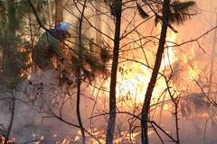 Cháy rừng thông sát trường bắn ở Huế, uy hiếp khu huấn luyện quân sự