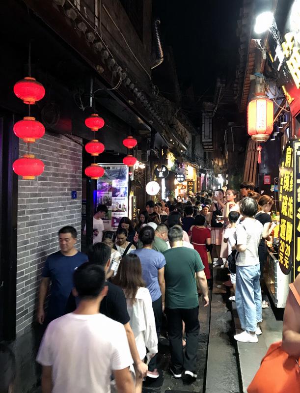 50 ngàn khách Việt, nhẵn túi khi đến Phượng Hoàng cổ trấn
