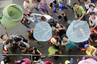 Hàng trăm người tranh nhau vợt tiền cúng cô hồn gây náo loạn đường phố